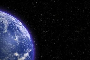 Weltall. Im Anschnitt der blaue Planet Erde.