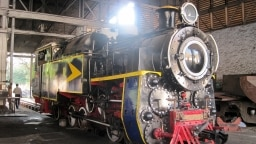 """In den """"Golden Rock-Workshops"""" werden Dieselloks aller Spurweiten von Bahnlinien aus Indien und seinen Nachbarländern wiederaufgebaut. Ganzer Stolz sind momentan vier Zahnrad-Dampfloks Marke Eigenbau."""