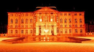 Angestrahltes Bruchsaler Schloss bei Dunkelheit