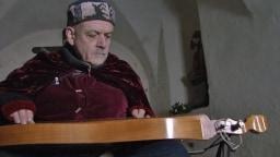 Roland Kroell spielt auf einer alten Dulcimer