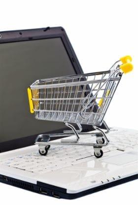 Montage: Einkaufswagen auf Computer-Tastatur