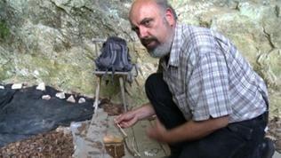Archäologe Johannes Widmann präsentiert urzeitliche Funde wie alte Flöten im Geißenklösterle bei Blaubeuren