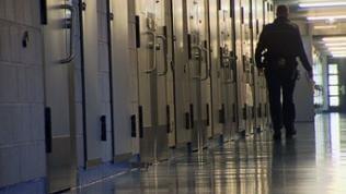 Wärter auf einem Gefängnisgang