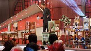 Martin Seidler präsentiert die Chairity-Stühle