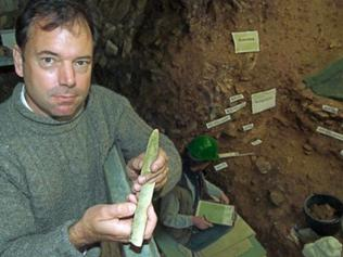 Der Tübinger Urgeschichtler Nicholas Conard zeigt im Hohle Fels eine eiszeitliche Waffe