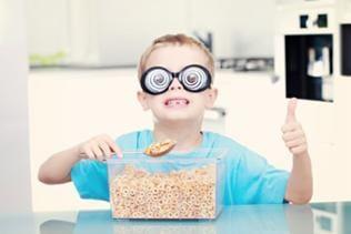 Ein Junge mit einer lustigen Brille isst Müsli