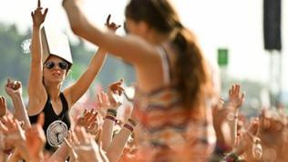Feiernde Menschen an der Center-Stage beim Rock-am-Ring 2013