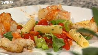 Nudelsalat mit Scampi und Gemüse