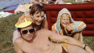 Eine Familie aus den 70ern am Strand