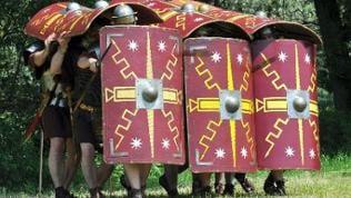 Römer mit Waffen und Schilden in Abwehrformation