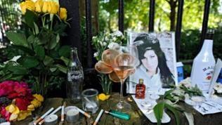 Zigaretten, Alkohol, Fotos mit Blumen und Nachrichten wurden am 24. Juli 2011 in der Nähe ihres Wohnhauses im Norden Londons hinterlegt, in dem die Leiche von Popstar Amy Winehouse gefunden wurde.