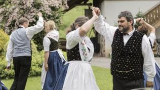 Kinzigtaler Volks- und Trachtentanzgruppe auf dem Hof von Brigitte Müller