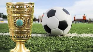 DFB-Pokal / Fußball liegt auf grünem Rasen