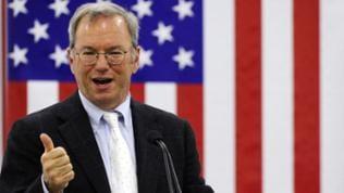 Google-Chef Eric Schmidt hält einen Vortrag, im Hintergrund eine USA-Flagge