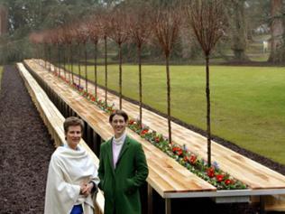 Gräfin Sonja und Gräfin Bettina vor einem 81 m langen, mit Kirschbäumen und Blumen bepflanzten Tisch