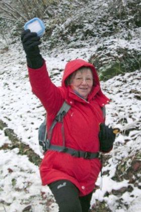 Ulrike Gschwend beim Geocaching, der GPS-Schatzsuche im Wald.