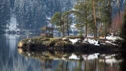 Pavillon auf der Halbinsel Amalienruh mit dem besten Blick auf den Schluchsee und auf die 3-Seen-Bahn.