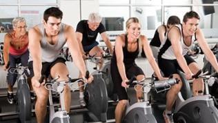 Fitnessstudio Training auf Fahrrädern