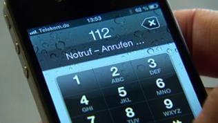 Ein Apple Telefon mit einer Notrufnummer auf dem Display