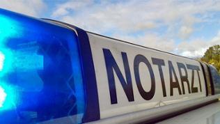 """Blaulicht auf dem Dach eines Einsatzwagens, beschriftet mit """"Notarzt"""""""