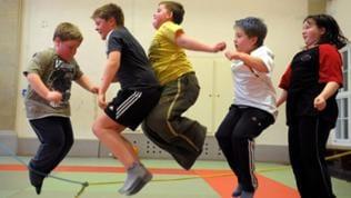 Übergewichtige Kinder verletzen sich öfter beim Sport.