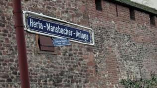 """Foto mit dem Straßenschild """"Herta-Mansbacher-Anlage"""" unweit des jüdischen Viertels an der Wormser Stadtmauer"""
