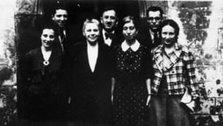 Lehrer der jüdischen Schule vor dem Eingang zur Frauensynagoge, 1937 (Herta Mansbacher steht vorn, zweite von links)