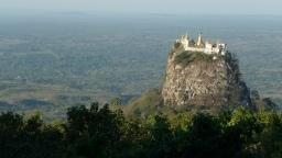 Einzelner Berg mit Kloster auf dem Gipfel ragt aus der Landschaft heraus