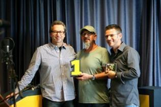 Chris Thompson mit Musikredakteur Thomas Tscheschner und Frank Jenschar