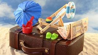 Koffer mit Reiseutensilien und Geld
