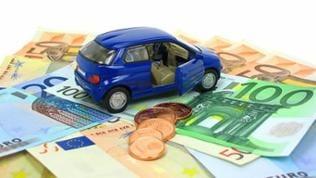 Ein Modelauto das auf einigen Euroscheinen steht.