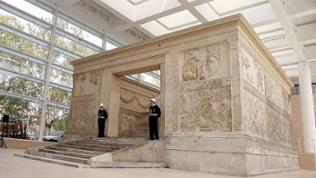 "Zwei Wächter vor dem ""Ara Pacis"", dem Altar des Friedens"