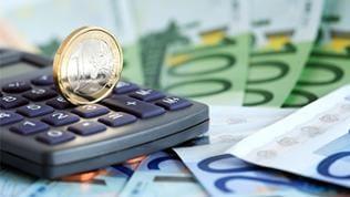 Ein Taschenrechner liegt auf Euroscheinen