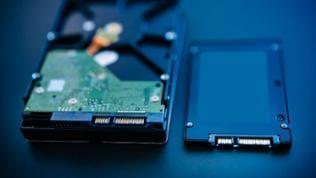 Eine Festplatte und eine SSD-Festplatte nebeneinander.