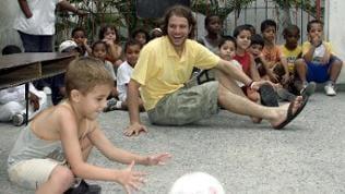"""Benjamin Adrion, Fußballspieler des FC St. Pauli, sitzt im Kindergarten """"zapaticos de rosa"""" in der kubanischen Hauptstadt Havanna"""