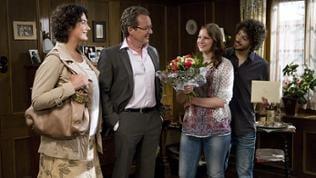 Monique, Bernhard, Celine und Albert traut vereint im Wohnzimmer der Fallers