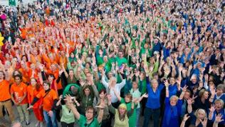 Der Crowd Out-Chor bei einer Aufführung vor der Berliner Philharmonie im Juni 2014