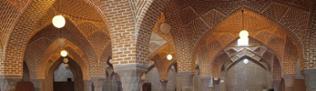 Gebetshalle in der Freitagsmoschee. Die Säulen sollen noch aus einem früheren Bau, aus seldjukischer Zeit stammen.