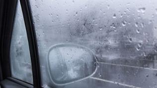 Eine von innen beschlagenes Seitenfenster eines Autos.