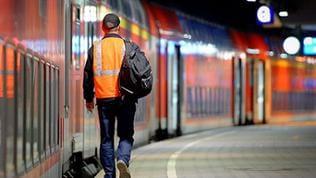 Ein Lokführer geht am 07.10.2014 auf dem Hauptbahnhof in Hamburg an seinem Zug entlang, den er soeben abgestellt hat.