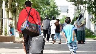 Flüchtlinge vor Landeserstaufnahmestelle Karlsruhe