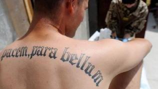 """Tattoo """"Si vis pacem, para bellum"""" auf Rücken eines Bundeswehrsoldaten"""