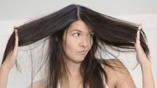 Frau beäugt ihre Haare