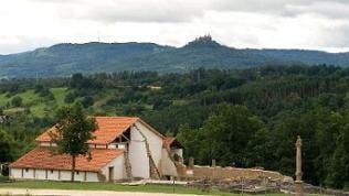 Haus mit Burg Hohenzollern im Hintergrund