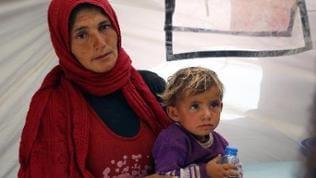 Eine syrische Kurdin, die mit ihrem Kind in die Türkei geflohen ist