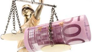 Eine Justizia Statue mit einem 500 Euro Schein auf der Waage