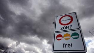 Umweltzonen-Schild vor wolkenverhangenem Himmel