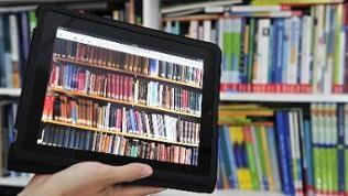 iPad Tablet mit einer Bücherwand auf dem Bildschirm