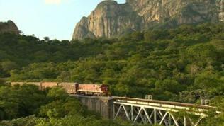 Ein Güterzug fährt über eine Brücke