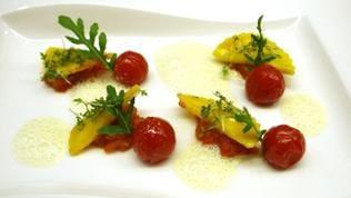 Frischkäse-Ravioli auf Tomaten-Sugo mit Sellerieschaum